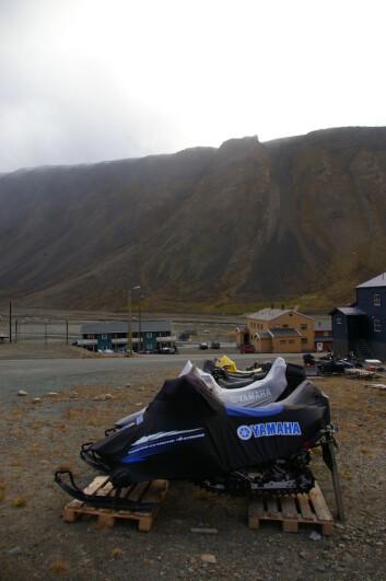 """""""Snøscooterne i Longyearbyen får hvile seg sommerstid. (Foto: Bjørnar Kjensli)"""""""