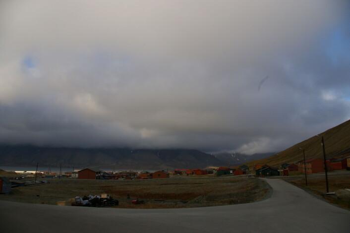 """""""Tunge skyer over Adventfjorden utenfor Longyearbyen. (Foto: Bjørnar Kjensli)"""""""