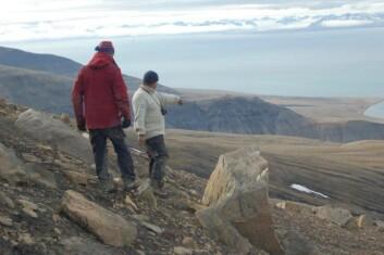 Pat og Jørn vet at det ligger en plesiosaur der nede et sted. (Foto: Erik Tunstad)