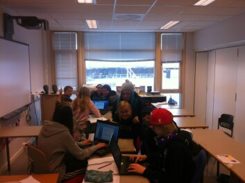 Elevane på ungdomstrinna har gruppearbeid om fleirspråklegheit. (Foto: Øystein A. Vangsnes)
