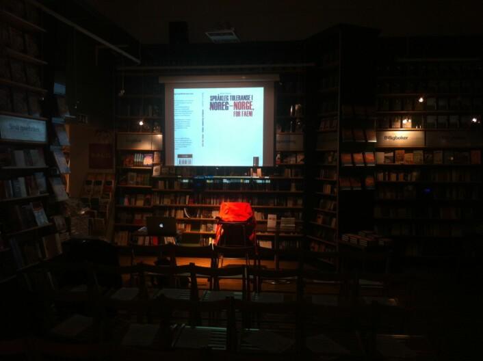 Frå bokarrangement på Gravdahl bokhandel. Jakka til forfattaren heng i einsemd på forfattarstolen. (Foto: Øystein A. Vangsnes)