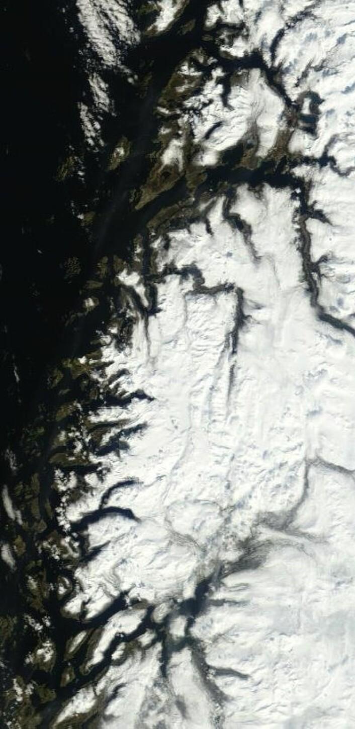 Bodø og Helgelandskysten sett fra NASAs satellitt Terra onsdag 16. mai. Det går omsider mot sol og sommer. (Foto: (NASA MODIS))
