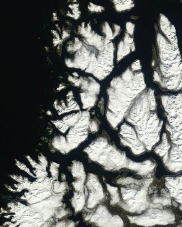 Nesten snøfritt på selve Tromsø-øya, men mye snø i distriktet omkring. I hvert fall ser det slik ut i satellittbildet 23. mai. (Foto: (NASA Terra MODIS))