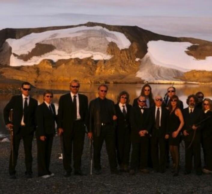 """A propos """"Men In Black"""": Her er Mars-forskerne på Svalbard-tokt i 2005. Nå er de på trykk i Science. I august lander instrumentene deres på Mars. (Foto: AMASE / Kjell Ove Storvik)"""