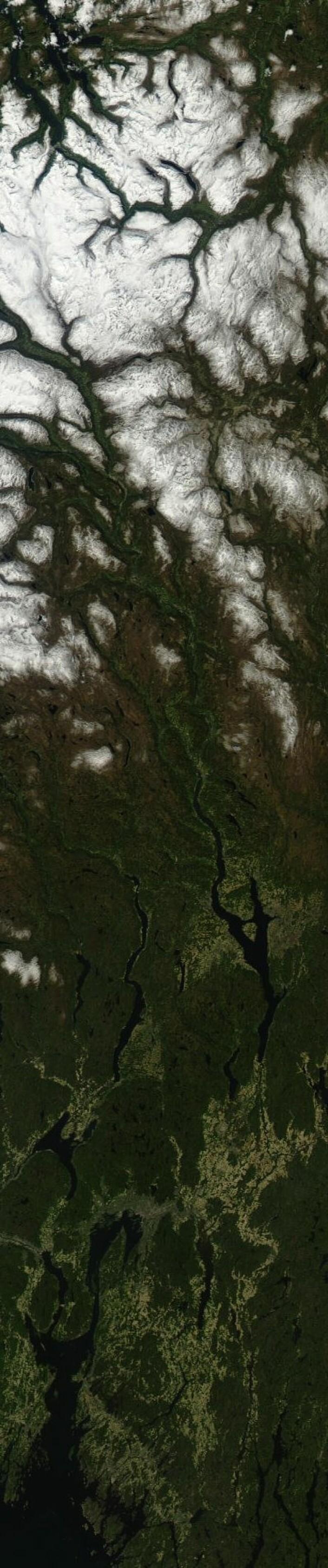 Godkjent ferievær i Sør-Norge, ja. Her dokumentert ved et langt satellittbilde tatt fra Aqua søndag 27. mai. (Foto: (NASA Aqua MODIS))