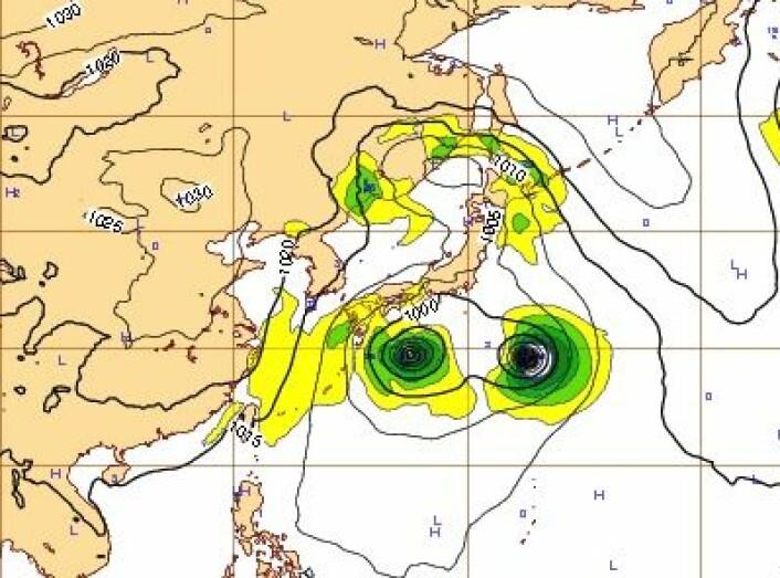 """Værkartet utenfor Japan fredag 25. okt kl 12 UTC. """"Francisco"""" til venstre, """"Lekima"""" til høyre. (Foto: (ECMWF))"""