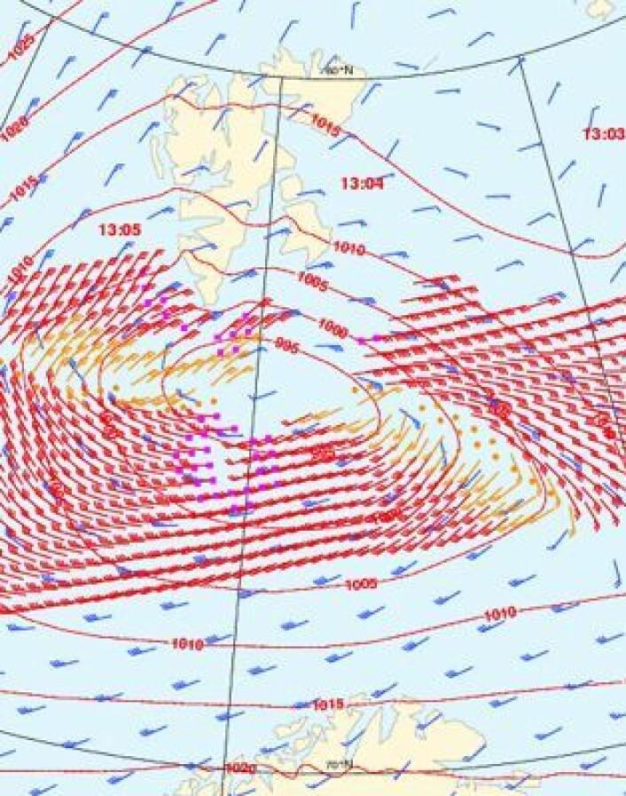 Vindmåling i Barentshavet fra satellitt 20 februar. Røde piler viser vindhastigheten målt fra Metop-A. Blå piler er fra værmodellen, som slett ikke gjør noen dårlig jobb her. (Foto: (EUMETSAT))
