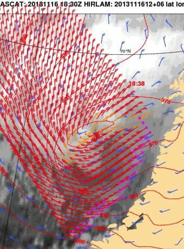 """Vind (røde piler) ved havoverflaten, målt med vind-scatterometer fra europeisk værsatellitt da """"Hilde"""" herjet i  Trøndelag og Nordland 16. november. Tidspunkt er angitt i UTC. Blå piler er fra en værmodell. (Foto: (EUMETSAT / KNMI))"""