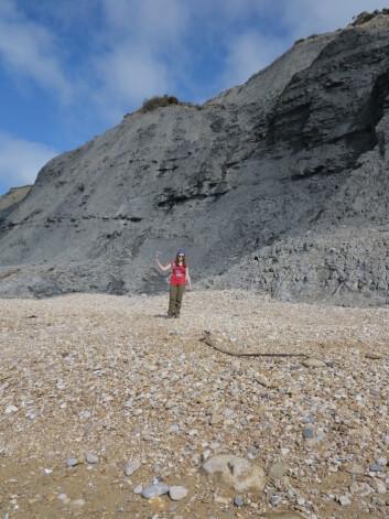 Aubrey på fossiljakt på Jurassic Coast. Foto: LLD