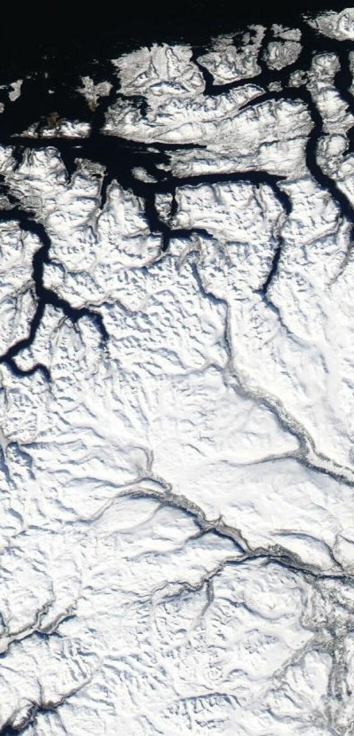 Et snødekket Norge reflekterte bort mye av solstrålene som kom på Langfredag. Her sett fra NASAs satellitt Aqua. (Foto: (NASA Aqua MODIS))