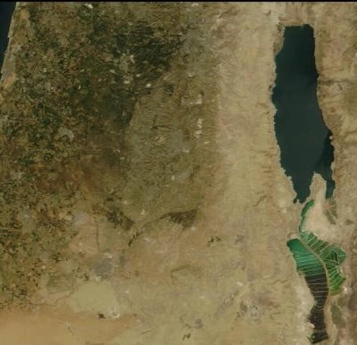 I anledning påsken: Dødehavet ser litt annerledes ut nå enn det gjorde i kartene på folkeskolen. Her sett fra NASAs satellitt Terra på Langfredag. (Foto: (NASA Terra MODIS))