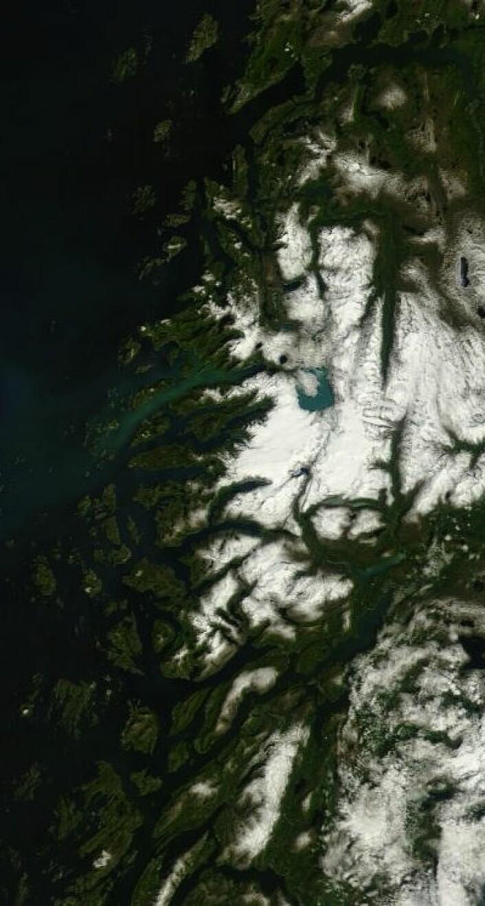 Svartisen var alt annet enn svart sett fra rommet 8. juli. (Foto: (NASA Terra MODIS))