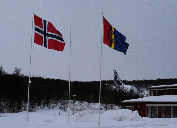 Det samiske og det norske flagget side om side ved Hovedgården på Universitetet i Tromsø, 6. februar 2011. Foto: Øystein A. Vangsnes