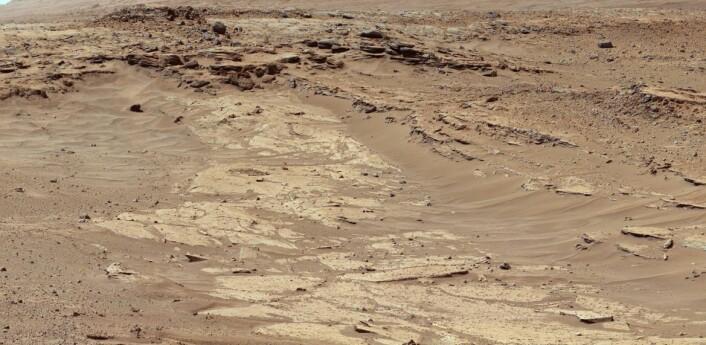 """Lag av sandstein med forskjellig evne til å tåle erosjon er tydelig i dette bildet tatt av mastkameraet på NASAs kjøretøy Curiosity. Bildet er tatt 25. februar 2014, da Curiosity var rundt 400 meter fra et sted som kalles """"the Kimberley"""". (Foto: NASA/JPL)"""