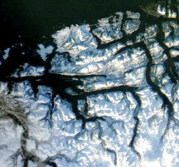 Vinterkledd terreng rundt Romsdalsfjorden, sett fra NASAs satellitt Aqua torsdag 16. januar. (Foto: (NASA Aqua MODIS))