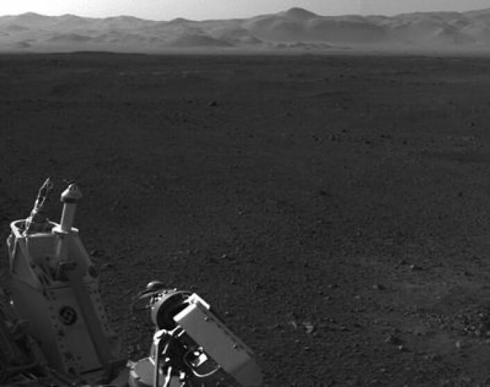 NASAs rover Curiosity skuer ut over Mars-overfalten mens den laster inn ny programvare fra JPL. Landingen er unnagjort, og minnekapasitet kan frigjøres til nye oppgaver. (Foto: (NASA JPL/CALTECH))