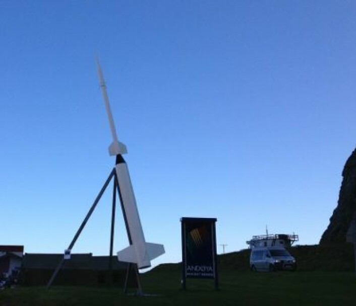 Morgenstemning med rakett før sola kommer opp over fjellene på Andøya. (Foto: T. Wahl)