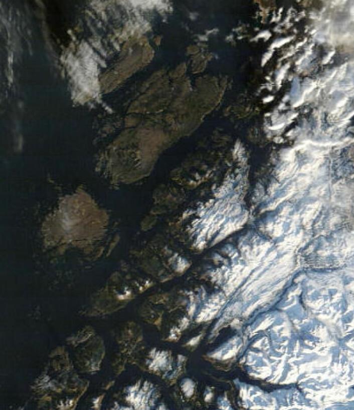 Hitra, Frøya og Smøla sett fra NASAs satellitt Terra fredag 31. januar. (Foto: (NASA Terra MODIS))