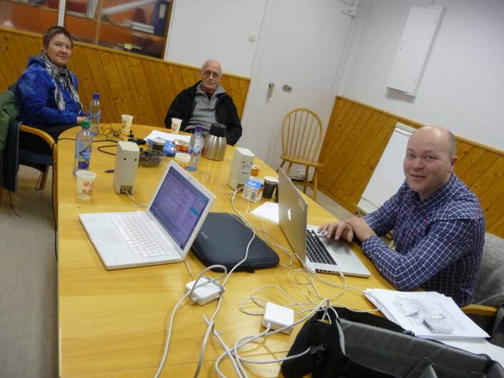 Øystein A. Vangsnes med informantar på Myre i Vesterålen. (Foto: Björn Lundquist)