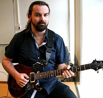 Trond Engum er professor ved Institutt for musikk på NTNU. Han er selv gitarist og studiomusiker.