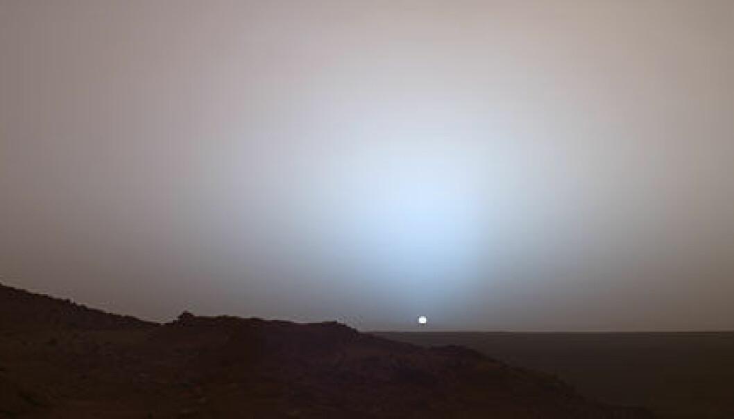 """""""Slik ser solnedgangen på Mars ut. Siden Mars er lenger unna solen enn det jorden er, ser solen bare to tredjedeler så stor ut. Bildet ble tatt i mai 2005 i Gusev-krateret av NASAs Mars Exploration Rover Spirit."""""""
