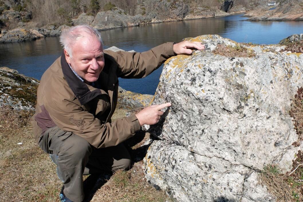 Alf Olav Larsen har vært interessert i mineraler helt siden barndommen. Som pensjonist dyrker han hobbyen på øyer og holmer utenfor bostedet Stathelle. Han kan så mye om mineralene her ute at han også har signaturen sin på vitenskapelige publikasjoner. (Foto: Eivind Torgersen)