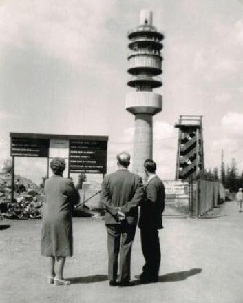 Tryvannstårnet under bygging i 1961. Til høyre står fortsatt det gamle utsiktstårnet av tre. Tryvannstårnet ble i mange år brukt til kringasting av FM og fjernsyn. (Foto: Trarir, CC-BY-SA 3.0 Unported)