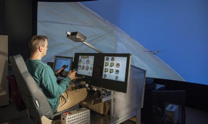 NASAs eksperimentfly X-57 Maxwell prøves ut i simulator av prosjektleder Sean Clarke. Når elektriske fly er ferdig utviklede, kan styringen overlates til kunstig intelligens. (Foto: NASA Photo / Lauren Hughes)