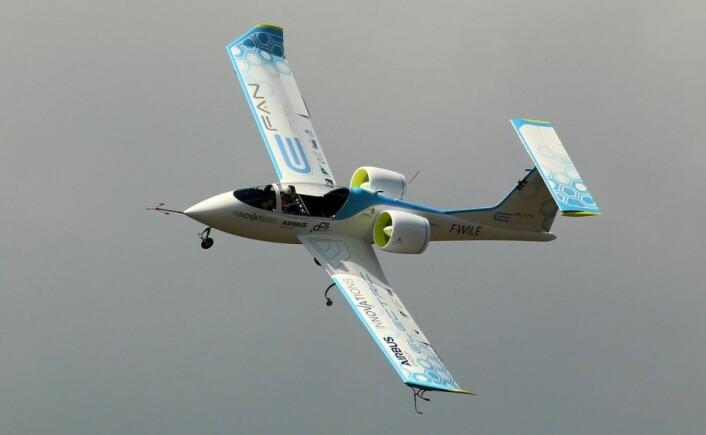 """Airbus E-Fan bruker ducted fans – propeller i kanaler. Det øker effektiviteten ved propelltuppene og demper støy. Flyet er fotografert i juli 2014 på flyutstillingen Farnbourough i England. (Foto: wiltshirespotter, <a href=""""https://creativecommons.org/licenses/by-nc/2.0/"""">CC BY-NC 2.0</a>)"""