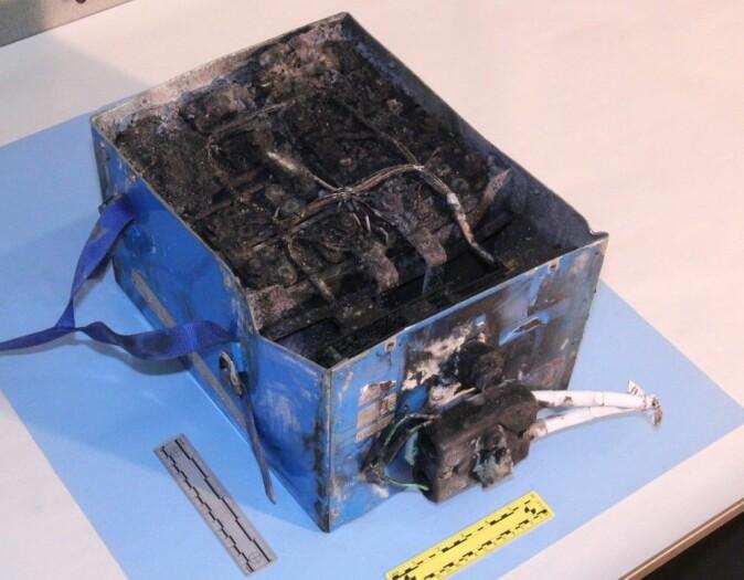 Restene av et batteri i en Japan Air Lines Boeing 787 Dreamliner som tok fyr på Boston Logan Airport 7. januar 2013. Elektriske fly må ha sikker innkapsling av batterier, eller aller helst nye batterityper som ikke kan brenne. Amerikanske forskere har utviklet en prototyp på et slikt batteri. (Foto: National Transportation Safety Board, USA)