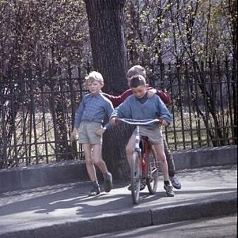 """Da alle fikk bil, var sykkelen forbeholdt fattige, studenter og barn. De sistnevnte trakk gjerne opp på fortauet, som disse guttene i Homannsbyen i Oslo helt på slutten av 1960-tallet. (Foto: Henrik Ørsted, Oslo Museum, <a href=""""http://creativecommons.org/licenses/by-sa/3.0/no/"""">CC BY-SA 3.0</a>)"""
