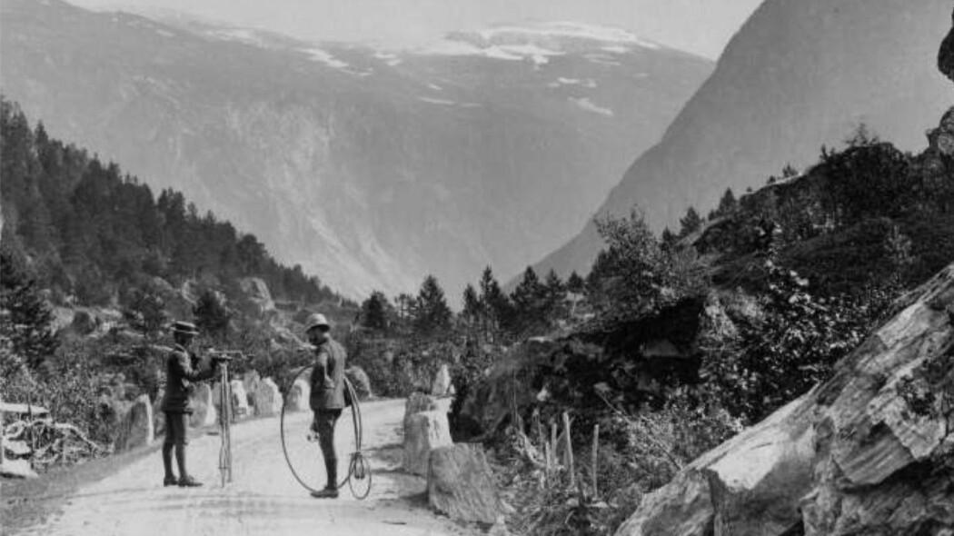 """De store forhjulene sørget for mest mulig fart, men økte også faren for stygge fall. Her på ferietur med veltepetter i Møre og Romsdal, sannsynligvis mellom 1885 og 1890. (Foto: Axel Lindahl, Norsk Folkemuseum, <a href=""""http://creativecommons.org/publicdomain/mark/1.0/deed.no"""">CC pdm</a>)"""