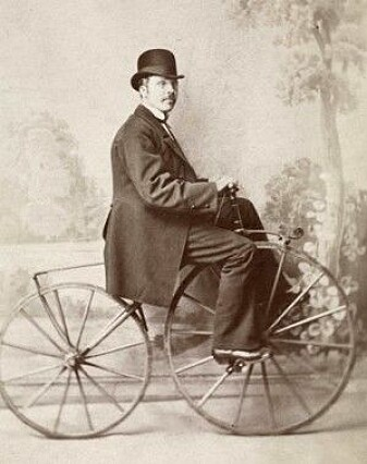 """Grosserer Anders Larsen på en «boneshaker» ca. 1875–1880. (Foto: Carl Christian Wischmann, Oslo Museum, <a href=""""http://creativecommons.org/licenses/by-sa/4.0/deed.no"""">CC BY-SA 4.0</a>)"""
