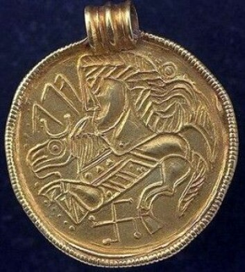 En typisk skandinavisk gullbrakteat med hestefigur og svastika (omvendt hakekors) nederst. <em>Alu </em>står det med runer. Brakteaten er fra tiden rundt katastrofen. Svastikaen er et urgammelt symbol i mange kulturer, også den skandinaviske. Denne brakteaten er funnet i Sverige. (Foto: Sigune/Wikimedia Commons)