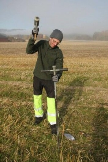 Lars Gustavsen fra NIKU tar jordprøver på Furulund. (Foto: NIKU)