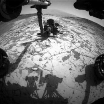 Her holder Curiosity på å bore ned i sjøbunnen i et område som forskerne kaller Mojave. (Foto: NASA/JPL-Caltech)
