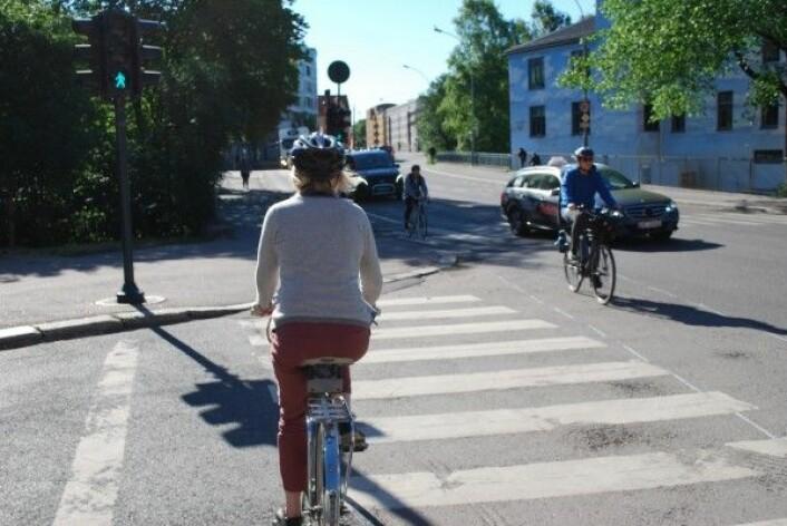 Det finnes mange ulike syklister i byen. Ifølge Trygg Trafikk bruker halvparten av alle syklister i Norge hjelm. Til sammenligning bruker bare 0,5 av syklistene hjelm i Nederland. (Foto: Marte Dæhlen / forskning.no)