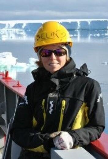 Elin Darelius og kollegene setter ut måleinstrumenter i store råker – polynyaer – utenfor isbremmene i Antarktis. (Foto: Diana Ruiz Pino)