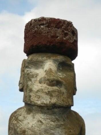 Herre min hatt! Overkropp og hodeplagg er hugget ut i ulike typer med stein. (Foto: Sean Hixon)