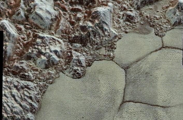 Et annet utsnitt av Sputnik-platået og Al-idrisi-fjellene. (Bilde: NASA/JHUAPL/SwRI)