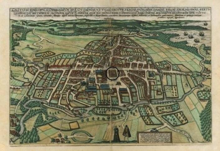 En gjengivelse av Odense by fra 1593. Sirkelen viser plasseringen av utgravingen, like nord for Overgade/Vestergade-forløpet. (Foto: Wikimedia)