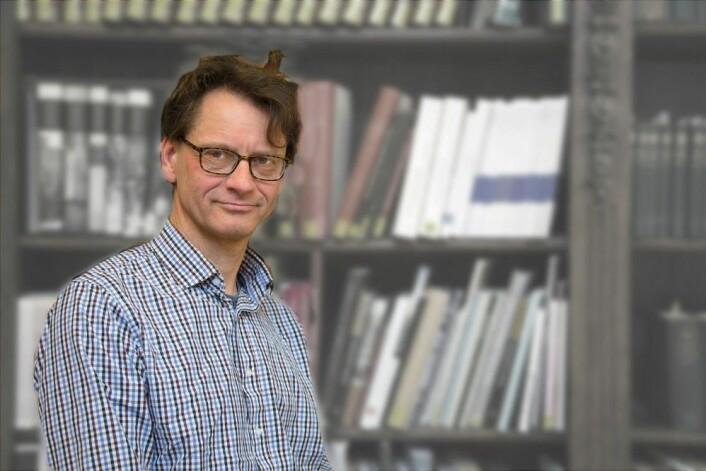 Jon Røyne Kyllingstad på Museum for universitets- og vitenskapshistorie viser iutstillingen sin at Bonnevies forskning på fingeravtrykk handlet om gruppeidentitet og rase. (Foto: Yngve Vogt)