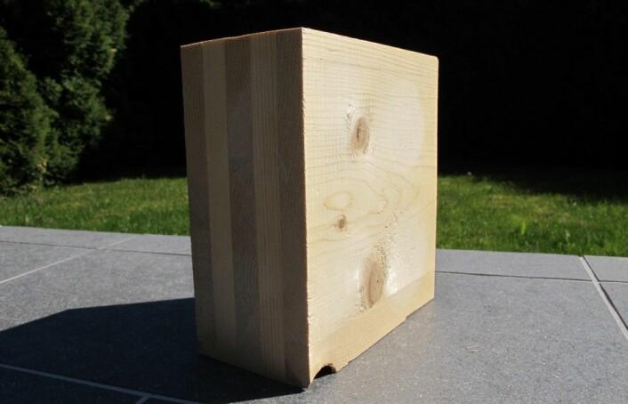 Slik ser en massiv treblokk ut. Sjiktene krysslegges, slik at plankene enten er orientert på langs eller på tvers. Sjiktene bindes sammen med lim eller med skruer, spiker eller andre mekaniske festemidler. (Foto: NMBU)