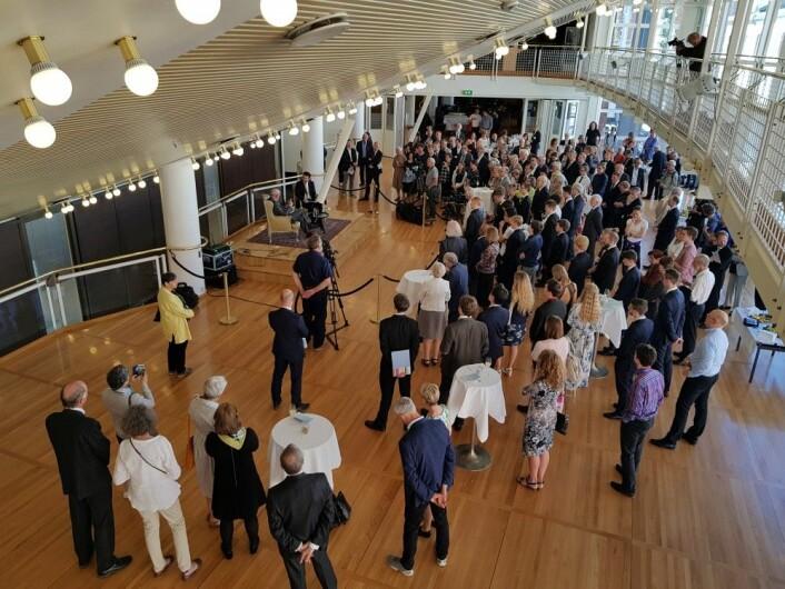 Etter selve seremonien fulgte en mottakelse i Det norske teateret. Her lytter alle andektig på hva den store matematikeren har å si. (Foto: Nina Kristiansen)