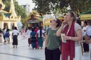 Forsker Iselin Frydenlund til venstre. Her sammen med en student fra Menighetsfakultetet under et besøk til «Shwedagon Padoga», det aller helligste buddhistiske tempelet i Myanmar. (Foto: Rebekka Opsal)