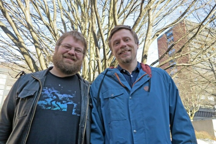 Ole Kristian Tørresen (t.v.) og Martin Malmstrøm fant mye merkelig da de studerte «barnekarpen» som lever i de sørøstasiatiske sumpskogene. (Foto: Bjarne Røsjø, UiO)