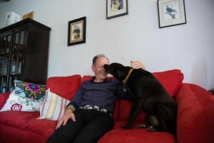 Forskeren Clive Wynne med sin hund i hjemmet i Tempe, Arizona. Han er professor i psykologi og sjef ved Arizona State University's Canine Science Collaboratory. (Foto: Deanna Dent/Arizona State University)