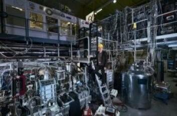 Ved CERN kan man produsere antihydrogen og holde antiatomene innesperret i et magnetfelt. Da blir det mulig å studere antimaterien. (Foto: CERN)