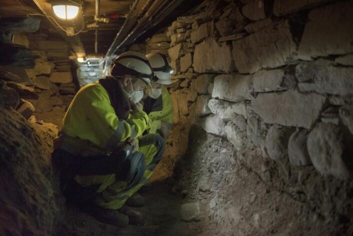 Sean D. Denham og Theo Bell Gil har gjort undersøkelser under domkirken i Stavanger. (Foto: Terje Tveit / Arkeologisk museum, UiS)
