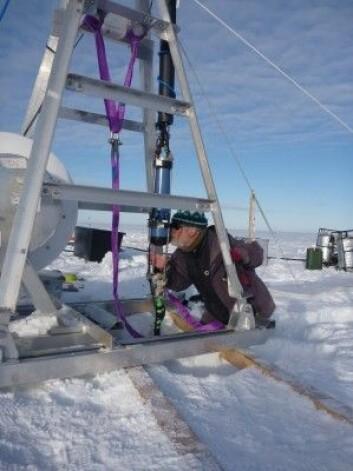 Å foreta observasjonar under isen i Antarktis krev spesialutvikla utstyr og det er veldig kostbart. Her ser du artikkelforfatteren med eit instrument som måler temperaturen, saltinnhaldet og farta på havstraumen under isbremmen. (Foto: Svein Østerhus med sjølvutløysar)
